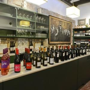 Kóstoló helysiég borokkal / Tasting Room with Wines